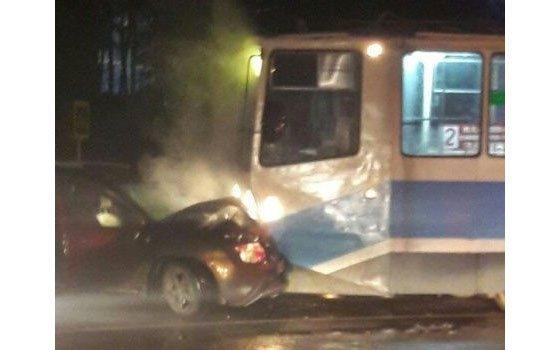 Иностранная машина врезалась втрамвай наулице Попова вСмоленске