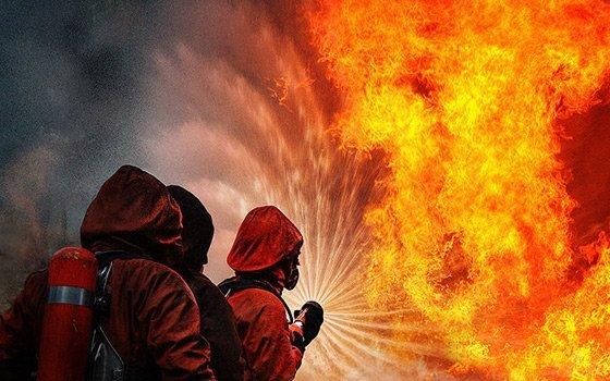 ВСмоленской области пожарные эвакуировали 30 человек изгорящего дома
