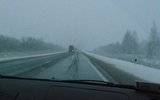 ВСмоленске ищут свидетелей ДТП, вкотором водителя сразило ледяной глыбой