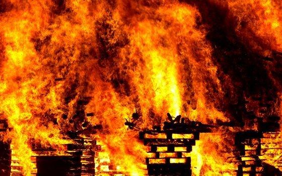ВРославле пожарные эвакуировали мужчину изгорящего дома