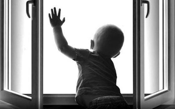 ВСмоленске наулице 12 лет октября 3-х летний ребенок выпал изокна