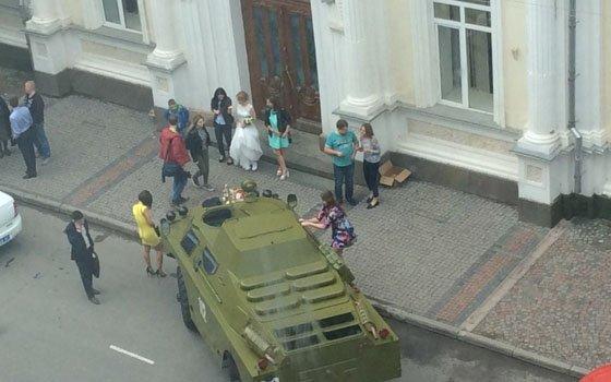ВСмоленске молодая пара приехала вЗАГС набронетранспортере