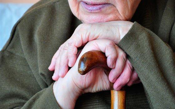 ВСмоленске неизвестный под предлогом оказания помощи обокрал 86-летнюю старушку