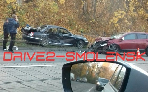 В серьезной аварии на Дзержинского в Смоленске пострадали двое водителей