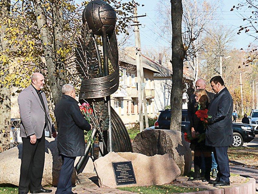 Памятник тренеру. Необычную скульптуру установили в Ярцеве в память о Валерии Петрове