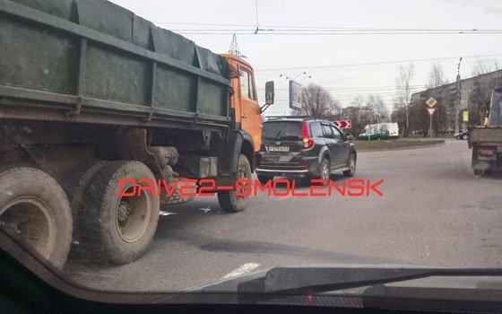 На проспекте Строителей в Смоленске «Камаз» «протаранил» иномарку – соцсети