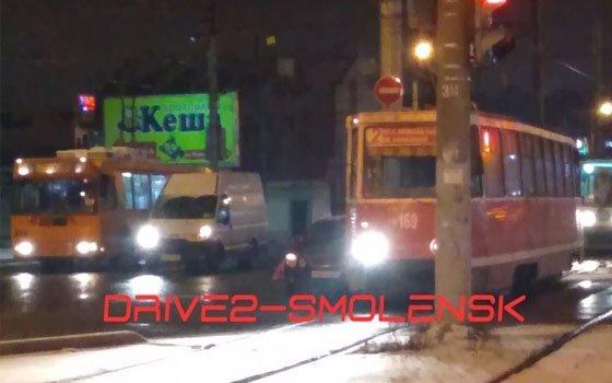 На Киселевском рынке в Смоленске случилось ДТП с трамваем и легковушкой