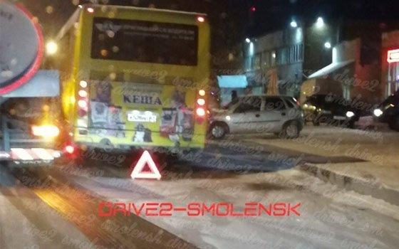 На Индустриальной в Смоленске автобус врезался в легковую машину