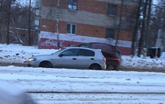 Иномарки не поделили дорогу улице Нахимова в Смоленске