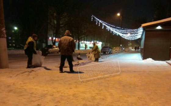 В Сафоново коммунальщики убирают снег в мешки — соцсети