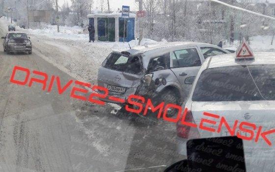 Фура протаранила два автомобиля возле гипермаркета «Метро» в Смоленске, есть пострадавшие