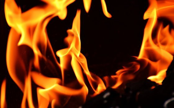 В Смоленском районе загорелся бункер с опилками