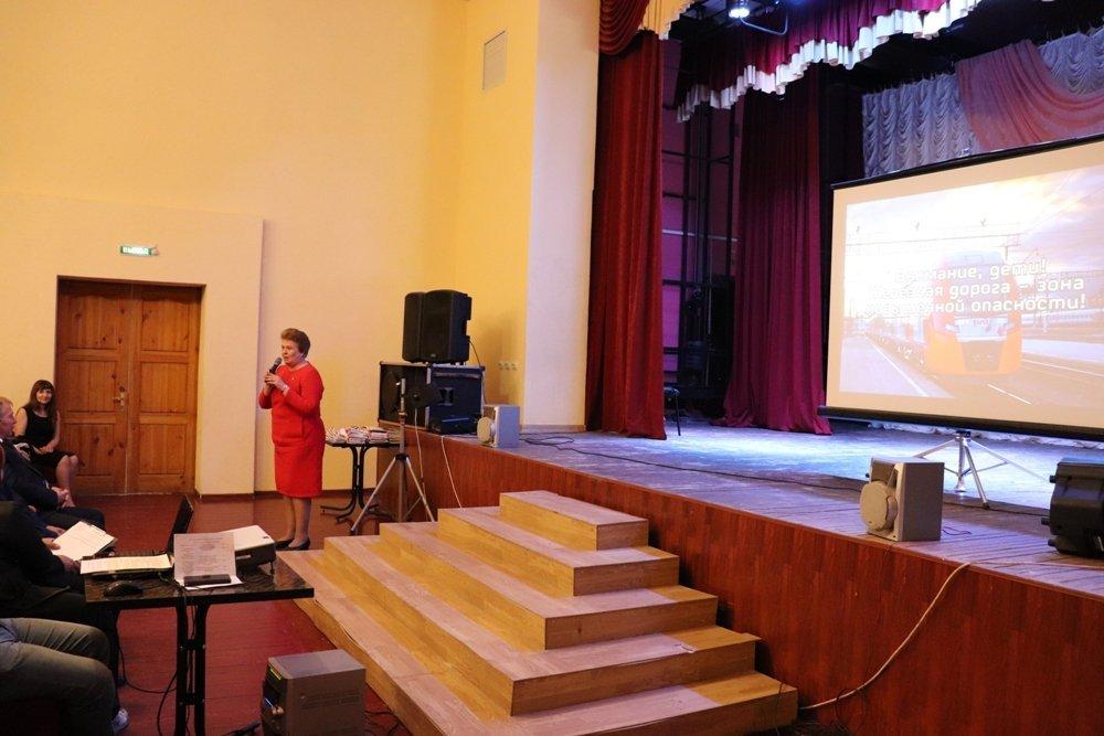 Железнодорожники провели открытый урок по безопасности для учащихся начальных классов школы Смоленска