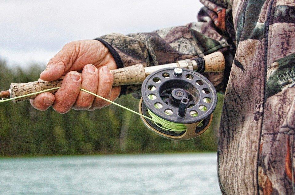 Энергетики напоминают: рыбачить в охранных зонах линий электропередачи опасно для жизни и здоровья