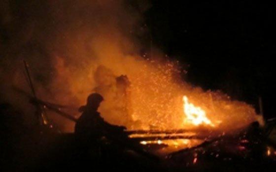 В Ярцеве сгорели гараж и Nissan