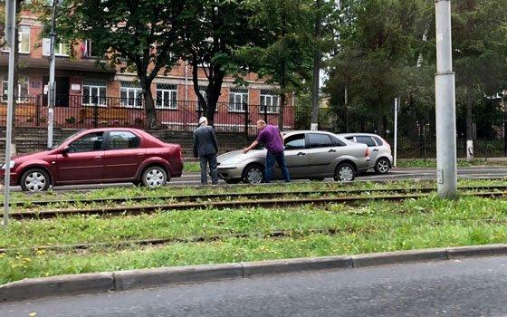 На Нахимова в Смоленске случился «паровоз» из иномарок