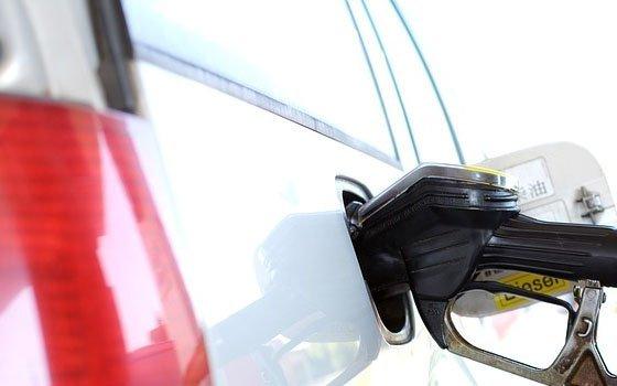 На смоленских заправках подскочила цена  бензина