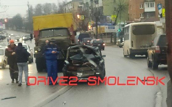 На Шевченко в Смоленске фура и «Жигули» вступили в «битву»