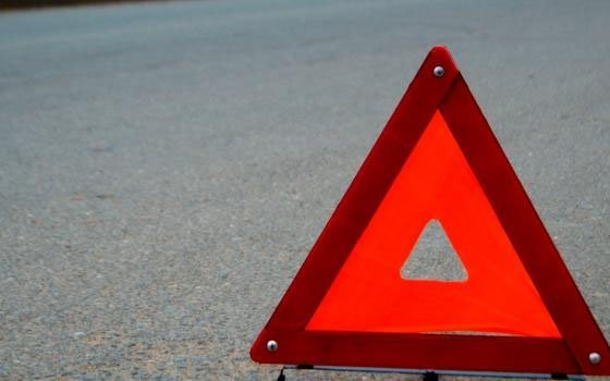 В Смоленской области Mersedes врезался в препятствие