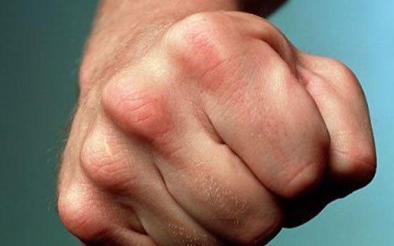 Смолянин, оскорбляя полицейских, распускал руки