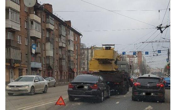 На Кирова в Смоленске «встретились» BMW и автокран
