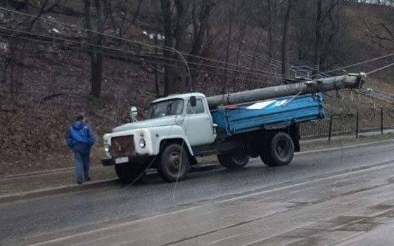 На Дзержинского в Смоленске на «ЗИЛ» рухнул столб
