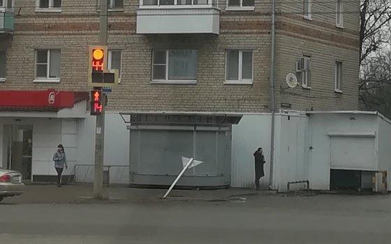 На улице Нормандия-Неман снесли дорожный знак