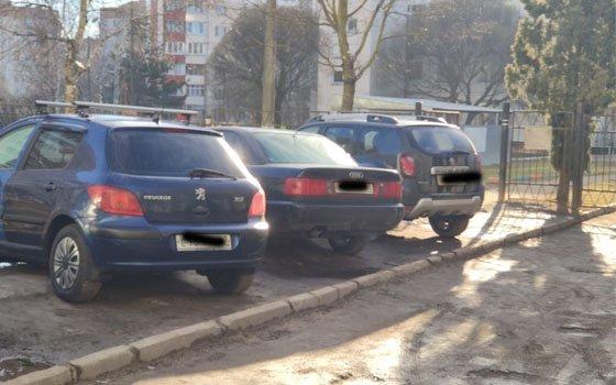 В Смоленске около детского садика устроили «мастер-класс» по парковке