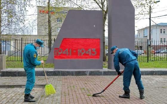 Смоленские спасатели благоустраивают памятники времен войны