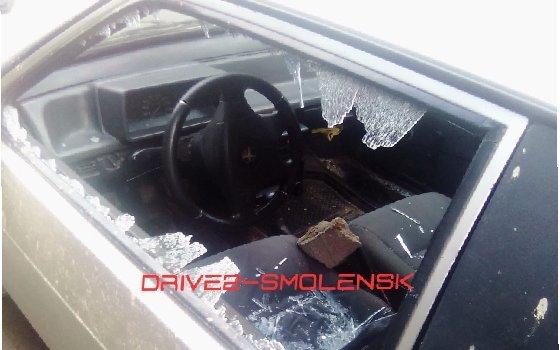 Неизвестные разбили стекла у машины в одном из дворов Смоленска
