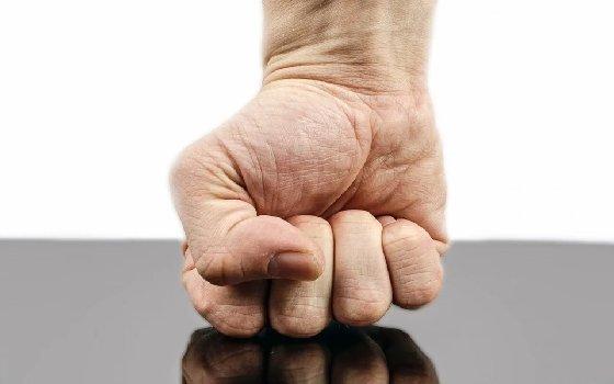 На Смоленщине от словесного конфликта знакомые перешли к кулакам