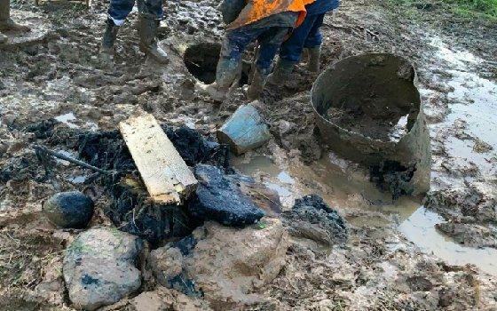 Рабочие ликвидировали засор коллектора в Смоленске
