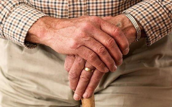 Смоленским пенсионерам продлили больничные