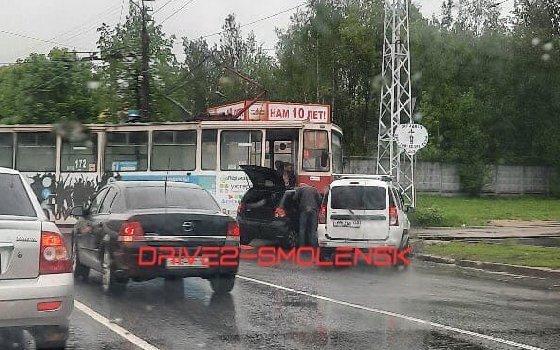 ДТП в Смоленске: легковушка врезалась в трамвай
