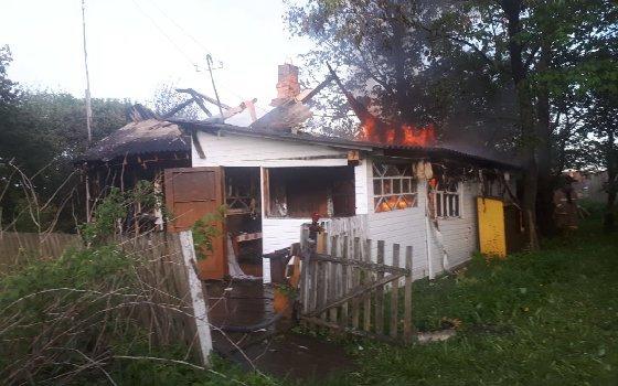 В смоленском селе загорелся жилой дом