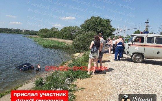 В Смоленске иномарка вылетела в озеро