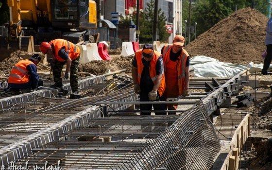 Ремонт улицы Николаева в Смоленске продолжается даже в выходные