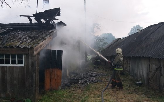В деревне Березкино Смоленской области изнутри сгорел дом
