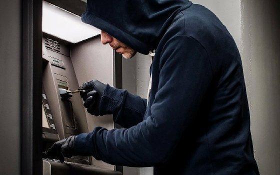 Из банкомата в Смоленске украли 10 тысяч рублей