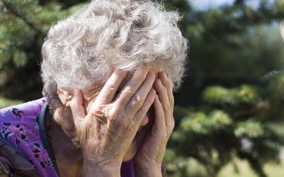На пенсионерку в Рославле напал мужчина в топором