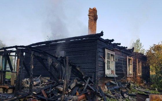 Два человека погибли при пожаре в смоленской деревне