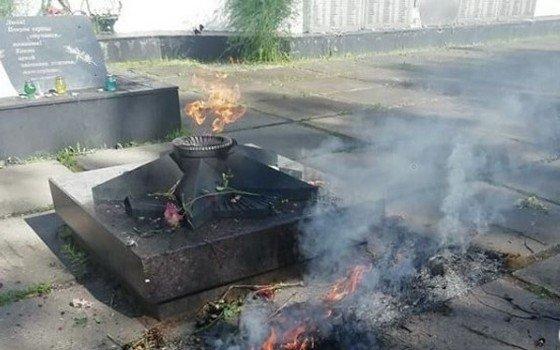 В Гагарине неизвестные сожгли возложенные к Вечному огню цветы