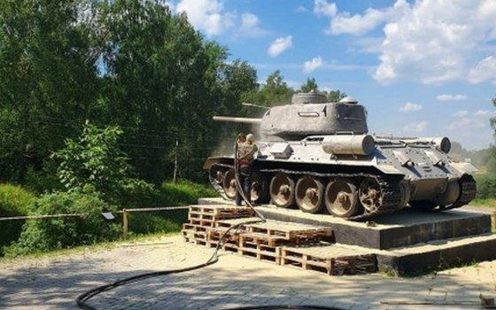 В Смоленске памятник Танк Т-34 очищают от ржавчины